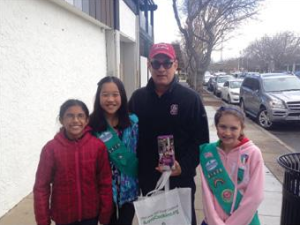 Tom_Hanks_Helps_Girl_Scouts